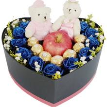11支蓝色玫瑰、7颗圆形巧克力,2个精美小熊搭配平安果(苹果)1只,满天星或其他配花适量点缀