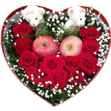11支玫瑰摆成U形,2个精美小熊,配平安果(苹果)2只,满天星或其他配花适量点缀