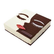 方形慕斯蛋糕,可可粉装饰为人脸图案