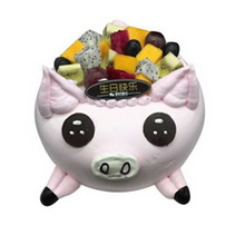 圆形生肖水果蛋糕,水果铺面,粉色鲜奶裱花、巧克力装饰搭配制作成生肖猪造型