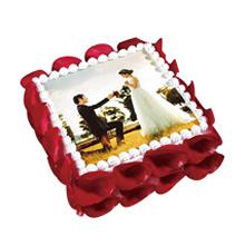 方形数码鲜奶蛋糕,中间数码图案(可另提供图案),鲜奶裱花围边,新鲜玫瑰花瓣外围