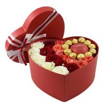 6支白玫瑰,6支红玫瑰,6支粉玫瑰,11颗巧克力,一个红苹果