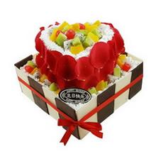 12寸方形+8寸心形双层水果蛋糕,水果铺面,鲜奶裱花围边,上层新鲜玫瑰花瓣外围,下层巧克力片外围