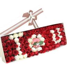 60枝精选昆明红色玫瑰,26枝精选昆明白色玫瑰,一个苹果