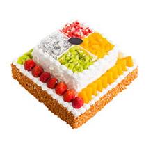 12寸+8寸双层方形水果蛋糕,上层分四格摆放水果,白色巧克力屑围边;下层时令水果围边,花生碎围边