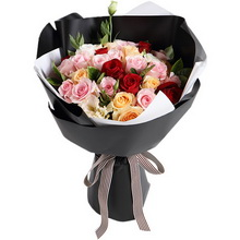 各色玫瑰共29枝:粉佳人粉玫瑰15枝,香槟玫瑰8枝,红玫瑰6枝;香槟色桔梗2枝