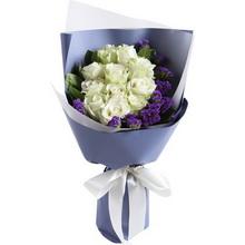 雪山白玫瑰11枝,搭配适量紫色勿忘我栀子叶