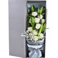 雪山白玫瑰11枝、多头白百合3枝、银叶菊0.5扎、栀子叶2枝