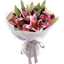 多头粉百合4枝,苏醒粉玫瑰9枝,搭配适量迷你菊、叶上花