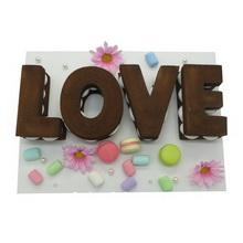 字母巧克力蛋糕,饼干做底,LOVE造型,加淡奶油、鲜花装饰