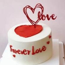 圆形鲜奶蛋糕,红色奶油在蛋糕中间造型心形,love插件装饰(以实际为准),蛋糕外围红色奶油写上forever love字样