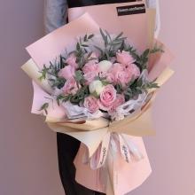 16支粉色戴安娜玫瑰,2支白色乒乓菊,填充绿叶