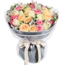 玫瑰共33支:白玫瑰、艳粉、香槟玫瑰各11朵,满天星、银叶菊间插丰满