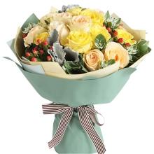 10枝香槟玫瑰,6枝黄玫瑰,红豆、银叶菊、叶上花间插