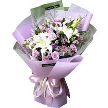 33朵紫玫瑰,3支多头白百合,情人草搭配制作