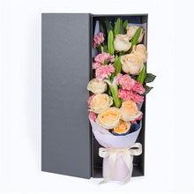 9朵香槟玫瑰、11朵粉康、3支多头白百合礼盒花图片