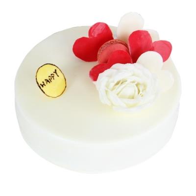 圆形巧克力蛋糕,白巧克力淋面,巧克力、玫瑰花、马卡龙或奥利奥饼干装饰图片
