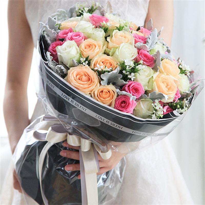 共33朵玫瑰;白玫瑰、艳粉、香槟玫瑰各11朵图片