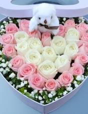 29枝玫瑰组成双心形精致花盒:中间10枝白玫瑰组成心形,黛安娜粉玫瑰19枝围绕一圈,5寸小熊1只。绿叶围绕