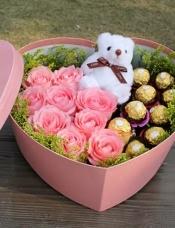 9枝粉色玫瑰,9颗巧克力,小熊1只,周边绿叶配衬