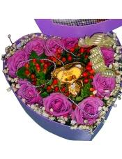 11枝紫玫瑰组成心形精致花盒,中间三个心形费列罗巧克力,相思豆填充。