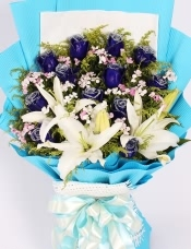 精心挑选12朵蓝玫瑰,3枝(6朵以上)百合,黄莺,石竹梅点缀