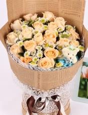 精心挑选19朵昆明香槟玫瑰,小皱菊点缀,小熊一只