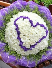 精心挑选99朵昆明白玫瑰,紫色勿忘我心形,黄莺外围.