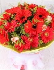 精心挑选19朵优质红扶郎,6朵香摈玫瑰,搭配黄莺,美丽迷人