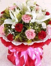 精心挑选19朵朵粉红康乃馨+2枝(4朵以上)香水百合,黄莺、满天星点缀,美丽迷人