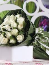 精心挑选19朵优质白玫瑰,绿叶点缀丰满,组成美丽花束