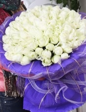 精心挑选99枝白玫瑰,精美配草外围,美丽迷人