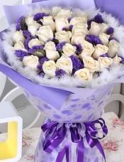精心挑选33朵优质白玫瑰,紫色勿忘我点缀丰满
