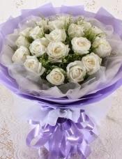 精心挑选19朵昆明白玫瑰,黄莺点缀丰满,组成美丽花束