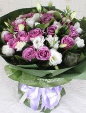 精心挑选19枝昆明紫玫瑰,搭配白色桔梗。