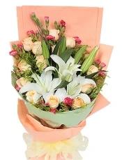 16枝香槟玫瑰,2枝白香水百合,适量红色小康乃馨周边搭配,适量黄莺。