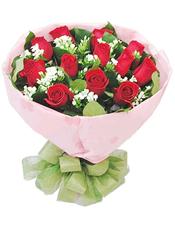 12支红色玫瑰,绿叶丰满,蕾丝或者满天星间插。