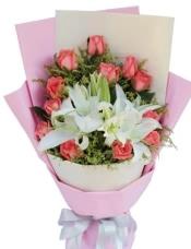 12枝粉玫瑰,2枝白香水百合,黄莺适量点缀