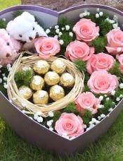 精心挑选9朵戴安娜玫瑰+9颗巧克力+2小熊款,满天星绿叶搭配,美丽迷人