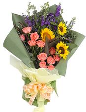 粉玫瑰11枝,向日葵3枝(或太阳花代替),紫色小飞燕(或由孔雀草代替)、红朱蕉(富贵竹代替)等丰满.