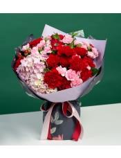 红康乃馨10枝,粉色绣球1枝,红色多头玫瑰3枝,粉多头康乃馨5枝,栀子叶10枝,红豆10枝