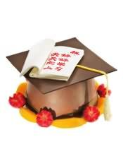 博士帽造型的戚风蛋糕,既有美味,又表达出父母希望孩子好好学习的心愿;直径12cm