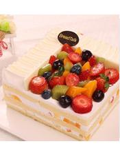 香草胚,新鲜杂果,白巧克力。(随季节更替蛋糕上面草莓将更换为樱桃,以实物为准)