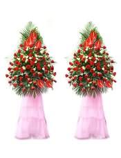 精品红玫瑰、红掌、浅绿色桔梗,搭配适量散尾葵、绿叶