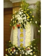 白色菊花,黄色菊花,百合白玫瑰点缀,散尾葵装饰。