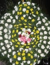 白色菊花,黄色菊花,百全和玫瑰居中心点缀;