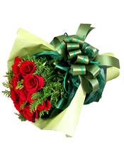 12枝红色玫瑰、适量配叶