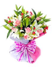 12枝粉玫瑰,6枝白色香水百合,红色小配花搭配,黄莺适量