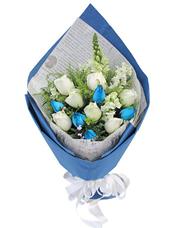 7枝白玫瑰、5枝蓝玫瑰,黄英、白色紫罗兰2枝(如无紫罗兰,用其他白色系配花替代)