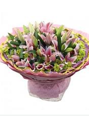 18枝多头粉色香水百合,黄英、火龙珠丰满,巴西木叶点缀(火龙珠属于季节性花材,或由相似性花材替代)